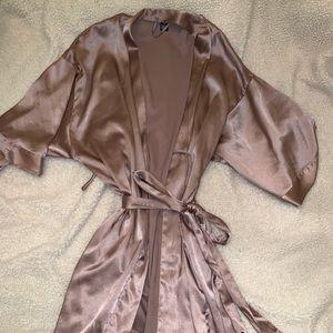 Silk VS robe
